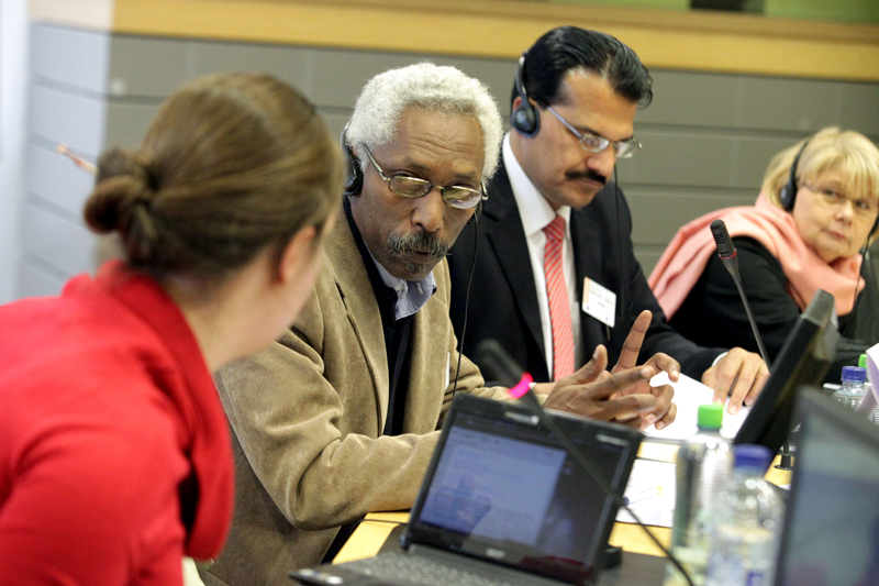 Photo 11 : Discussions at the roundtable