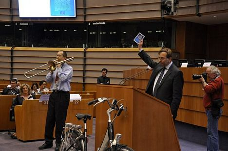 EESC Secretary-General Martin Westlake launched the first European Cycling Lexicon in the conferences concluding session on May 15th at 11.05 in the European Parliament.
